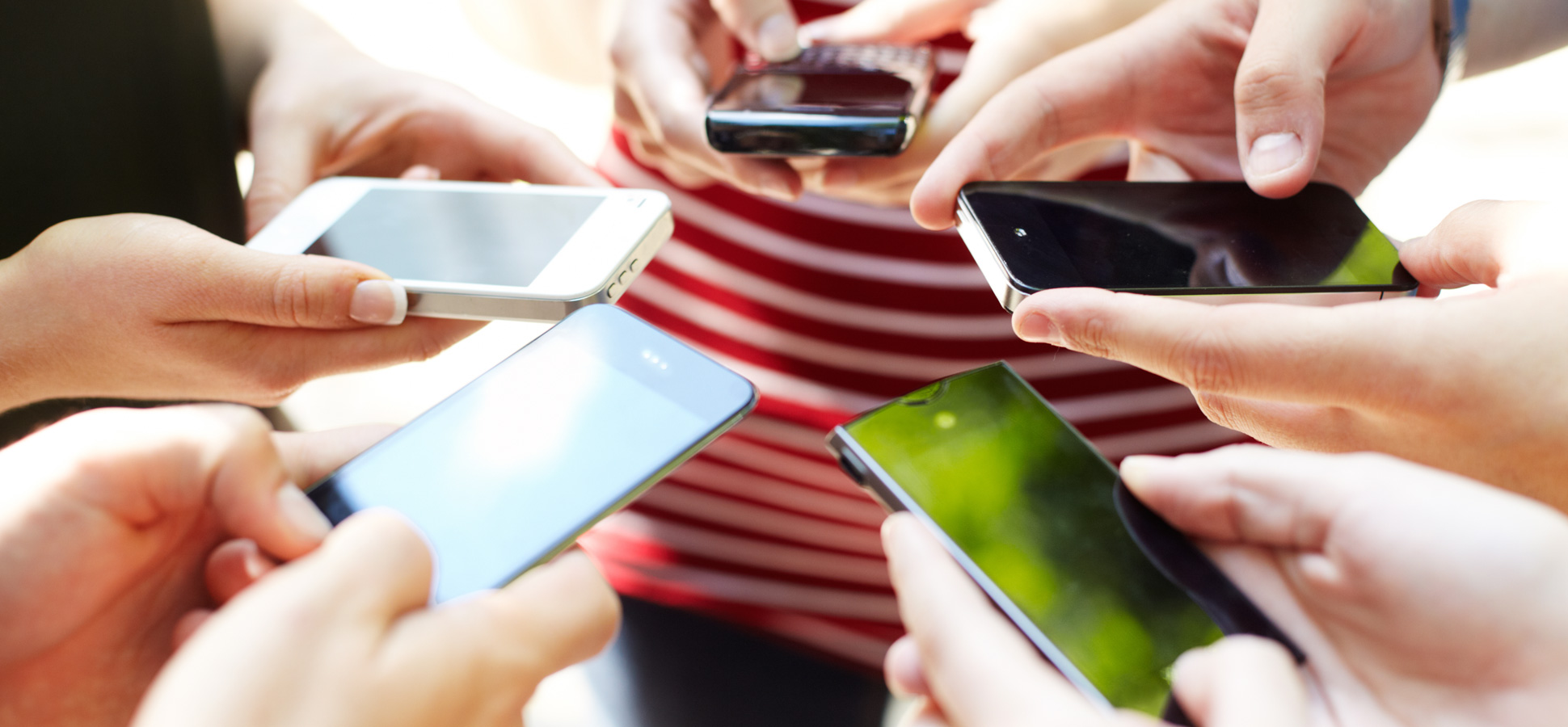 group-of-people-smartphones-1940x900_35714